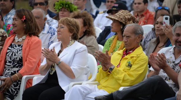 """Michelle Bachelet en Rapa Nui: """"La isla es un patrimonio nacional y mundial y es responsabilidad de todos, de donde sea que vengamos, cuidarla y protegerla""""."""